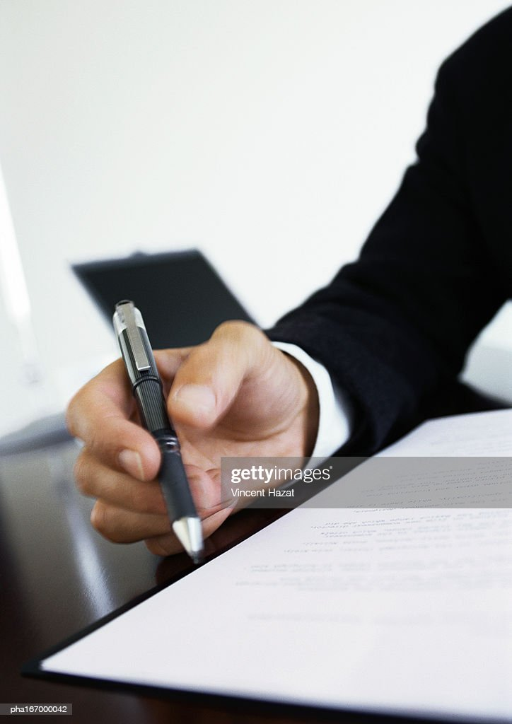 Hand holding pen, close-up : Stockfoto
