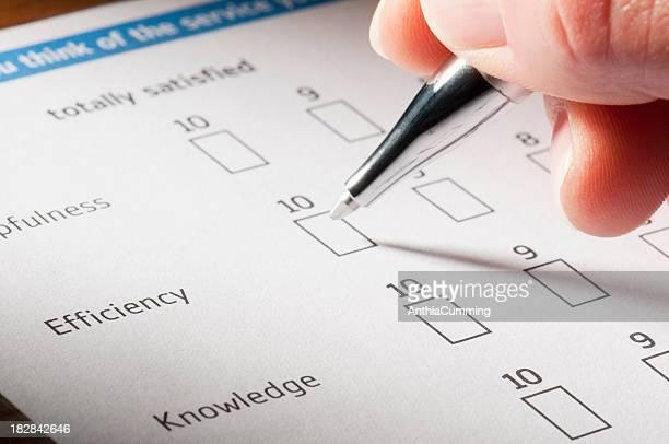 Hand hält einen Stift Sie die Kundenzufriedenheit