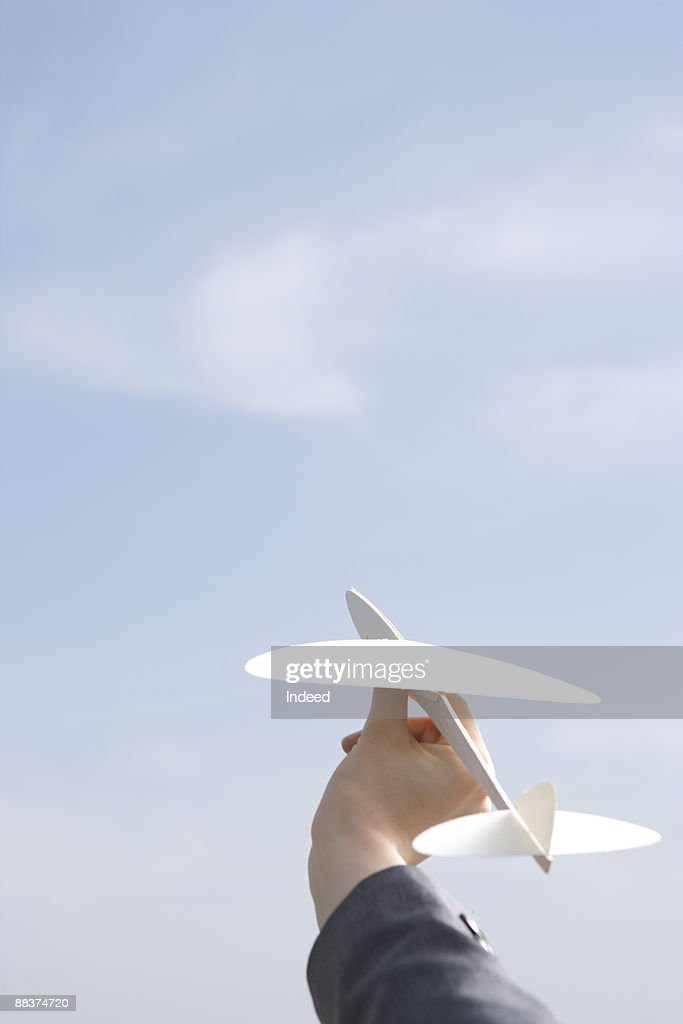 Hand holding plane toy to the sky : Stock-Foto