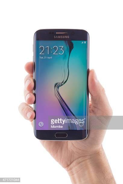 Hand hält Samsung Galaxy S6 EDGE, isoliert auf weiss