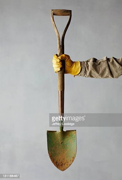 hand holding shovel - pelle photos et images de collection
