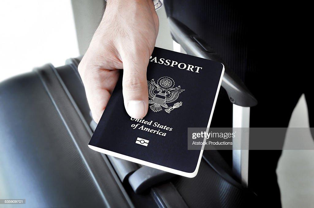 Mano agarrando pasaporte de los Estados Unidos : Foto de stock