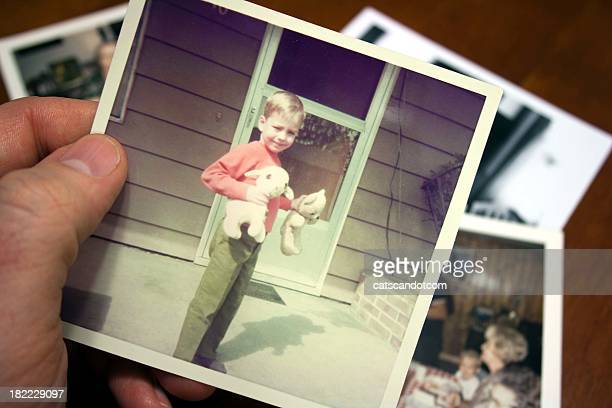 Hand, die hält Vintage Foto von Kindern bei der SOMMER