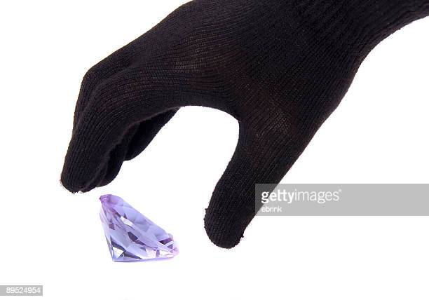mãos em luvas roubando blue diamond isolado - luva preta - fotografias e filmes do acervo