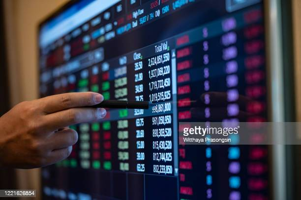 hand of a stockbroker buying and selling shares online - 国債 ストックフォトと画像