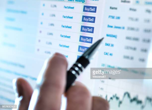 hand of a stockbroker buying and selling shares online - börse stock-fotos und bilder