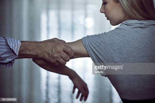 hand of aggressive man attacking woman - violences conjugales photos et images de collection