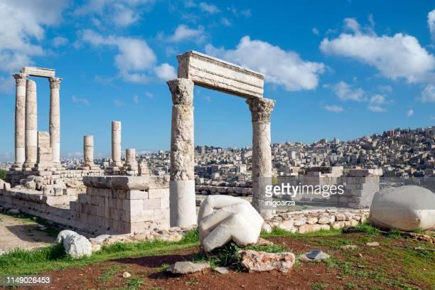 hand of hercules and ruins of the temple at the amman citadel, amman, jordan - amman stockfoto's en -beelden