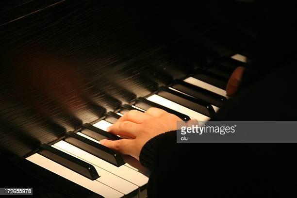 Main sur un piano à queue