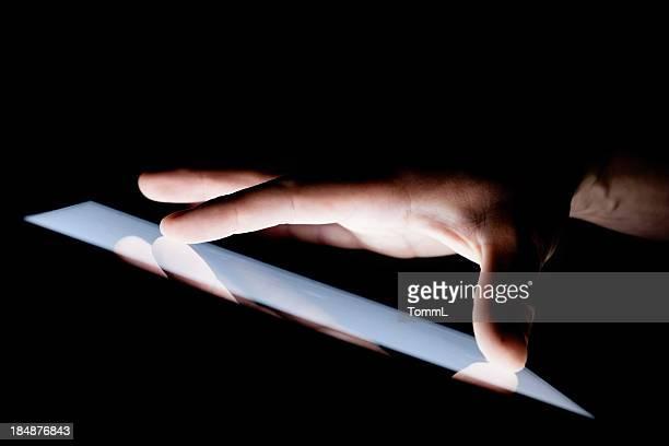 Main sur une tablette PC