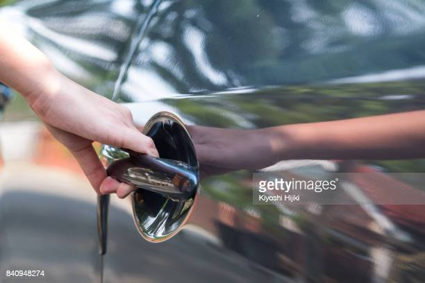 hand open car, holding door handle