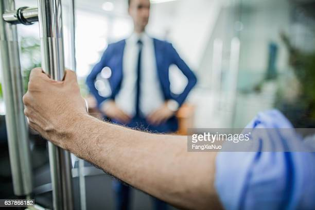hand opening door to businessman - openmaken stockfoto's en -beelden
