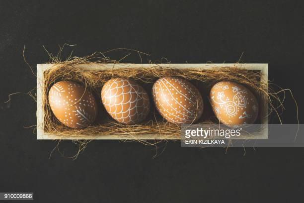 Handbemalte Ostereier in Holzkiste