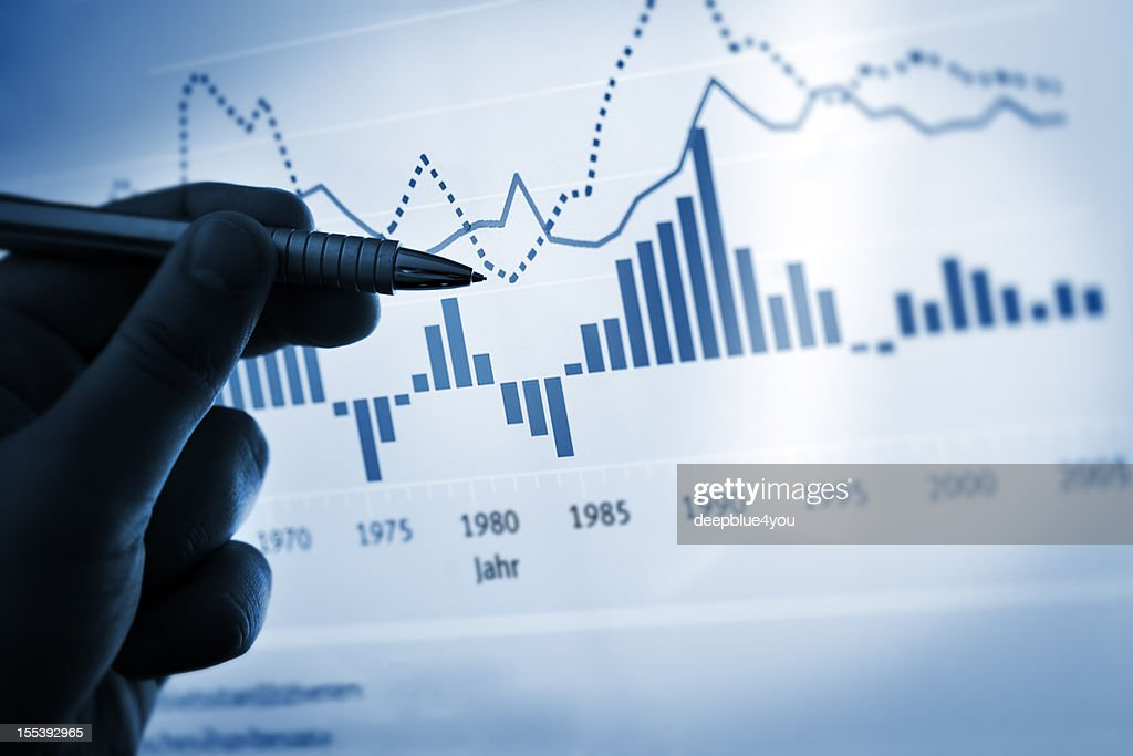指を指す手にペンコンピューター上のチャート/文書 : ストックフォト