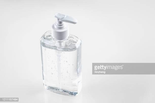 hand sanitizer in pump bottle - reinigungsmittel stock-fotos und bilder