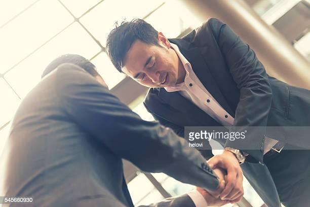 Hand schütteln von zwei japanischen Geschäftsmann