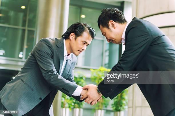 ハンドシェーク 2 つの日本実業家
