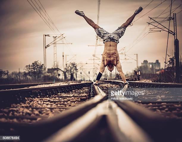 Mains Tenez-vous sur la ligne de chemin de fer.
