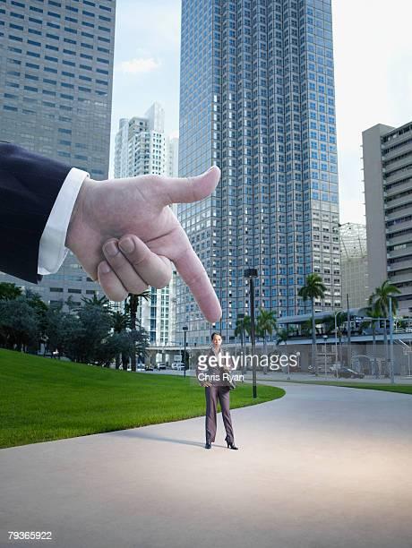 Hand, die aussieht wie er hält Geschäftsfrau outdoo