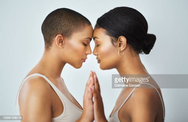 mano a mano, corazón a corazón - union gay fotografías e imágenes de stock
