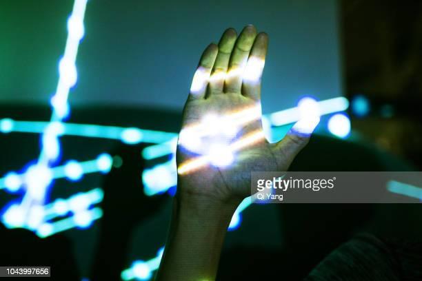 hand touch light - data stream - fotografias e filmes do acervo
