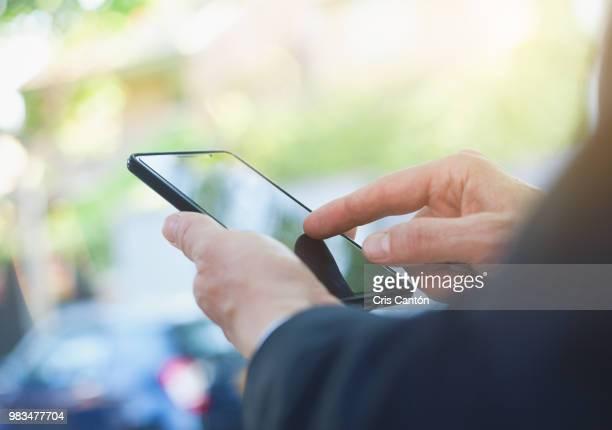 hand using smart phone - dispositivo de informação portátil imagens e fotografias de stock