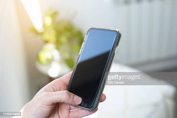 hand using smartphone - cris cantón photography fotografías e imágenes de stock