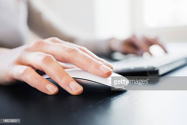 hand with computer mouse - computertoetsenbord stockfoto's en -beelden