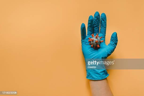 保護手袋保持モデルコロナウイルスと手 - 免疫系 ストックフォトと画像