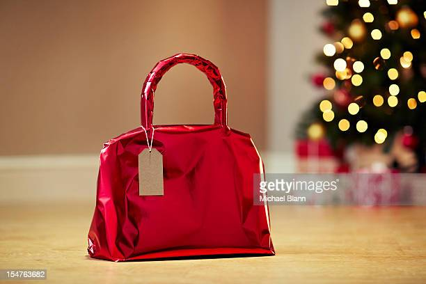 handbag gift wrapped with christmas tree - eingewickelt stock-fotos und bilder