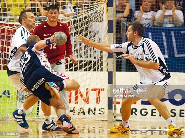 Handball: 1. Bundesliga 04/05, Flensburg; SG Flensburg Handewitt - THW Kiel 25: 21; Christian ZEITZ / THW, Joachim BOLDSEN / Flensburg, Torwart...