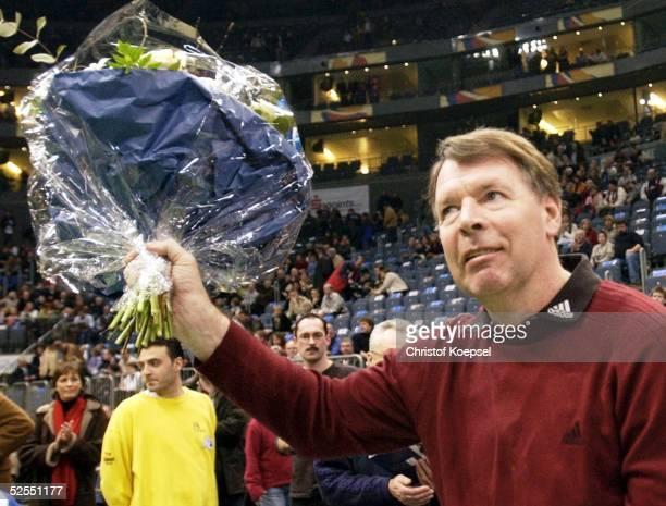Handball Altmeister Koeln VfL Gummersbach SC Magdeburg Joe DECKARM freute sich ueber das Publikum das ihm applaudierte 280204
