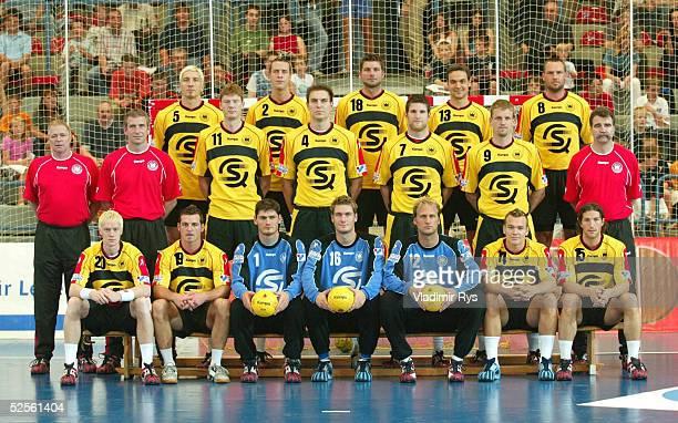 Handball Laenderspiel 2004 Bonn Deutschland Russland Oben vl Stefan KRETZSCHMAR Pascal HENS Daniel STEPHAN Markus BAUR Christian SCHWARZER Mitte vl...