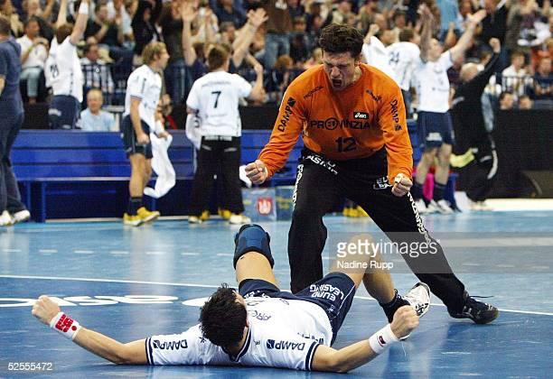 Handball / Maenner DHB PokalL 03/04 Hamburg SG Flensburg Handewitt THW Kiel 3331 Jubel Marcin LIJEWSKI und Torwart Jan HOLPERT / Flensburg ueber den...