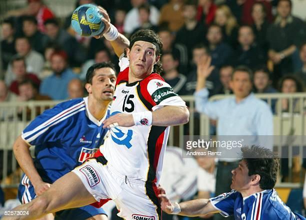 Handball / Maenner EM 2004 in Slowenien Koper Deutschland Frankreich 2929 Cedric BURDET / FRA Torsten JANSEN / FRA Gregory ANQUETIL / FRA 250104