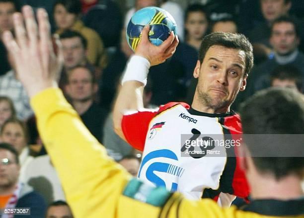 Handball / Maenner EM 2004 in Slowenien Koper Deutschland Frankreich 2929 Markus BAUR / GER Torwart Thierry OMEYER / FRA 250104