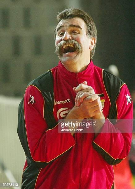 Handball / Maenner EM 2004 in Slowenien Koper Deutschland Frankreich 2929 Trainer Heiner BRAND / GER 250104