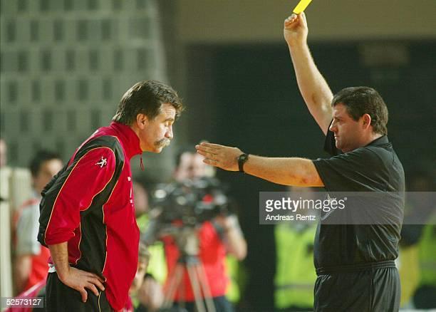 Handball / Maenner EM 2004 in Slowenien Koper Deutschland Frankreich 2929 Trainer Heiner BRAND / GER bekommt vom Schiedsrichter die Gelbe Karte...