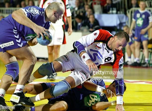 Handball / Maenner: EM 2004 in Slowenien, Koper; Deutschland - Serbien Montenegro ; Fuer Christian SCHWARZER begann die EM-Endrunde mit einer 26:28...