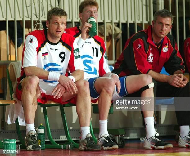 Handball / Maenner EM 2004 in Slowenien Koper Deutschland Serbien Montenegro GER SCG KlausDieter PETERSEN Volker ZERBE CoTrainer Frank LOEHR 220104