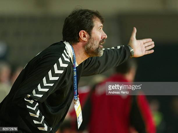 Handball / Maenner EM 2004 in Slowenien Koper Deutschland Serbien Montenegro GER SCG Trainer Veselin VUJOVIC / SCG 220104