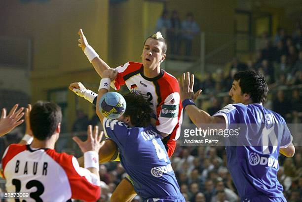 Handball / Maenner: EM 2004 in Slowenien, Koper; Deutschland - Serbien Montenegro ; Pascal HENS / GER wird von Branko KOKIR und Ivan LAPCEVIC / SCG...