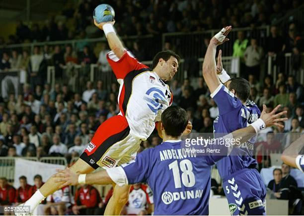 Handball / Maenner EM 2004 in Slowenien Koper Deutschland Serbien Montenegro GER SCG Markus BAUR / GER Danijel ANDJELKOVIC Marko KRIVOKAPIC / beide...