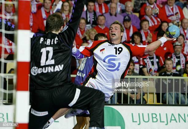 Handball / Maenner EM 2004 in Slowenien Koper Deutschland Serbien Montenegro GER SCG Torwart Dejan PERIC / SCG Florian KEHRMANN / GER 220104