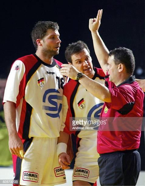 Handball / Maenner EM 2004 in Slowenien Koper Deutschland Serbien Montenegro GER SCG Schiedsrichter Jose Antonio HUELIN TRILLO / ESP zeigt Daniel...