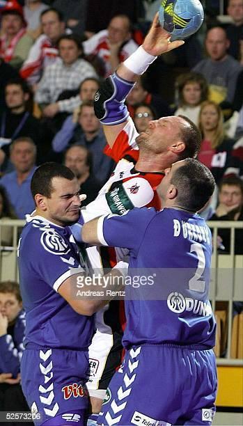 Handball / Maenner EM 2004 in Slowenien Koper Deutschland Serbien Montenegro GER SCG Goran DJUKANOVIC und Ratko DJURKOVIC / SCG nehmen Christian...