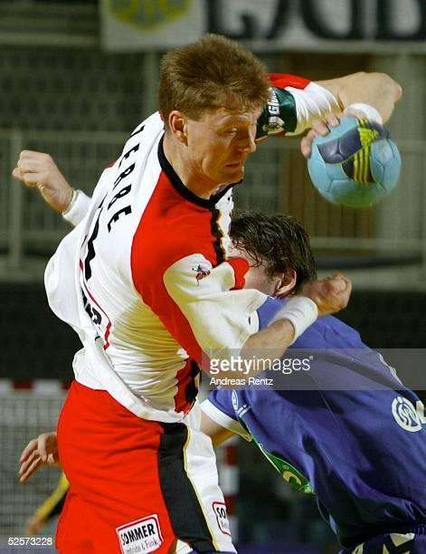 Handball / Maenner EM 2004 in Slowenien Koper Deutschland Serbien Montenegro GER SCG Volker ZERBE / GER 220104