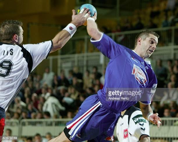Handball / Maenner EM 2004 in Slowenien Koper Frankreich Polen Lis ROBERT / POL Guillaume GILLE / FRA 220104
