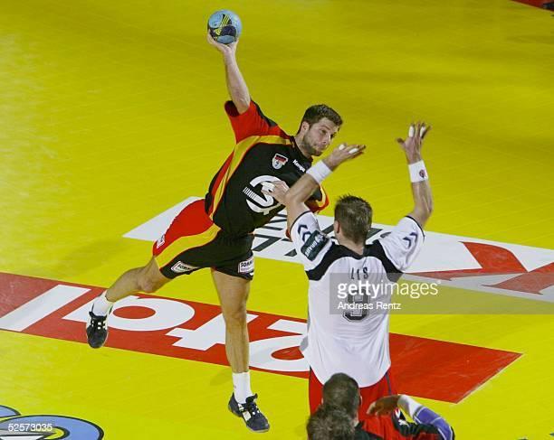 Handball / Maenner EM 2004 in Slowenien Koper Polen Deutschland Daniel STEPHAN / GER Robert LIS / POL 230104