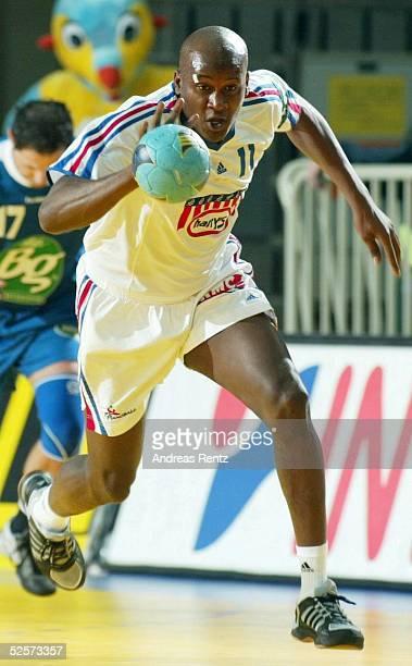 Handball / Maenner: EM 2004 in Slowenien, Koper; Serbien Montenegro - Frankreich ; Olivier GIRAULT / FRA 23.01.04.